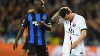 Lionel Messi kembali memiliki peluang di menit ke79. Usai menerima umpan Nuno Mendes yang merangsek dari kiri pertahanan Brugge, sepakan La Pulga masih melambung di atas mistar gawang. (Foto: AFP/John Thys)