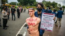 Mahasiswa dari Universitas Trisakti membawa maneken saat aksi memperingati Hari HAM Internasional di depan Taman Aspirasi, Jakarta, Kamis (10/12/2020). Aksi tersebut menuntut agar pemerintah segera menyelesaikan berbagai permasalahan pelanggaran HAM berat di Indonesia. (Liputan6.com/Faizal Fanani)