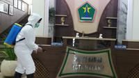 Penyemprotan disinfektan di Balai Kota Malang untuk mencegah penyebaran corona Covid-19 (Liputan6.com/Zainul Arifin)