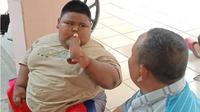 Satia Putra (7) bocah obesitas asal Desa Pasirjaya, Kecamatan Cilamaya Kulon, Karawang dievakuasi ke RSUD Karawang. (Liputan6.com/Abramena)