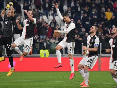 (Dari kiri) Pemain Juventus Gianluigi Buffon, Gonzalo Higuain, Cristiano Ronaldo, Leonardo Bonucci dan Miralem Pjanic menyapa penonton usai mengalahkan AS Roma pada pertandingan Coppa Italia di Turin, Italia, Rabu (22/1/2020). Juventus menggilas AS Roma dan lolos ke semifinal. (Marco Bertorello/AFP)