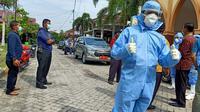 Petugas medis memakai APD melakukan sterilisasi di sebuah wilayah yang diduga ada warga gejala virus corona. (Liputan6.com/Istimewa/M Syukur)