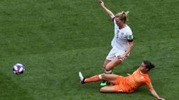 Gelandang Belanda, Sherida Spitse, menekel gelandang Amerika Serikat, Sam Mewis, pada laga final Piala Dunia Wanita 2019 di Stadion Lyon, Lyon, Minggu (7/7). AS menang 2-0 atas Belanda. (AFP/Jean-Philippe Ksiazek)