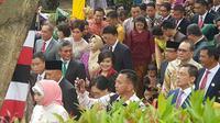 Di resepsi pernikahan Kahiyang-Bobby, cucu laki-laki Presiden Joko Widodo atau Jokowi, Jan Ethes, beraksi menggemaskan. (Liputan6.com/Aditya Eka Prawira)