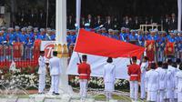 Anggota Pasukan Pengibar Bendera (Paskibraka) melakukan upacara penaikan bendera Merah Putih dalam rangka Upacara Peringatan Detik-detik Proklamasi 17 Agustus di halaman Istana Merdeka, Jakarta, Senin (17/8/2015). (Liputan6.com/Faizal Fanani)