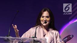 Musisi Sherly Sheinafia memberi sambutan saat menerima penghargaan best creator for music saat acara XYZ Day 2018 di The Hall Senayan City, Jakarta, Rabu (25/4). (Liputan6.com/Herman Zakharia)