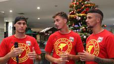 Pemain Mitra Kukar asal Brasil, (dari kiri) Patrick Cruz, Rodrigo Do Santos, Artur saat berdiskusi mengucapkan selamat Natal dan Tahun Baru di Hotel Agas International, Solo, Senin (14/12/2015). (Bola.com/Nicklas Hanoatubun)