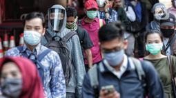 Antrean calon penumpang memasuki stasiun Sudirman saat jam pulang kantor di Jakarta, Senin (8/6/2020). Aktivitas perkantoran dimulai kembali pada pekan kedua penerapan Pembatasan Sosial Berskala Besar (PSBB) transisi pandemi COVID-19. (Liputan6.com/Johan Tallo)