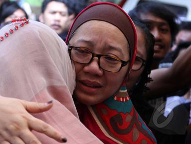 Utami--istri komedian Ferrasta Soebardi alias Pepeng--terlihat menangis saat beberapa keluarga memberinya pelukan di rumah duka di kawasan Cinere, Depok, Rabu (6/5/2015). Pepeng meninggal dunia di usia 60 tahun. (Liputan6.com/Helmi Afandi)
