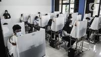 Suasana Ujian Tulis Berbasis Komputet (UTBK) SBMPTN 2021 di Universitas Negeri Jakarta, Senin (12/4/2021). Di masa pandemi Covid-19 pelaksanaan UTBK SBMPTN 2021 dibatasi 20 peserta tiap kelas dengan menerapkan protokol kesehatan yang ketat. (merdeka.com/Iqbal S. Nugroho)