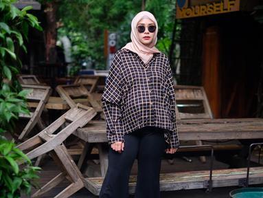 Zaskia Mecca bersama saudaranya membuka bisnis busana muslim yang diberi nama Meccanism. Tokonya kini sudah tersebar luas di Indonesia. (Foto: instagram.com/zaskiadyamecca)