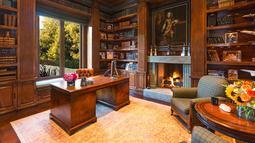 Yolanda Hadid, sang ibu, adalah mantan istri musisi terkenal, David Foster. Rumah ini dibeli saat keduanya masih menjadi suami-istri.(architecturaldigest.com)