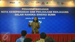 Mentri BUMN Rini Soemarno memberi pidato saat penandatanganan kerja sama 7 BUMN, Jakarta, Kamis (39/12). Ketujuh BUMN yang menjalin sinergi dengan Bank BTN yakni PT Bukit Asam (Persero) Tbk, PT Reasuransi Indonesia Utama. (Liputan6.com/Angga Yuniar)