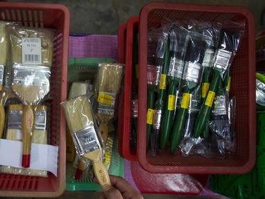 Pihak berwenang Malaysia menyita kuas yang diduga terbuat dari bulu babi dan dijual tanpa label di toko hardware luar Kuala Lumpur, Rabu (8/2). Penyitaan lebih dari 2.000 kuas cat itu menyusul keluhan dari sejumlah konsumen Muslim. (AP Photo/Daniel Chan)