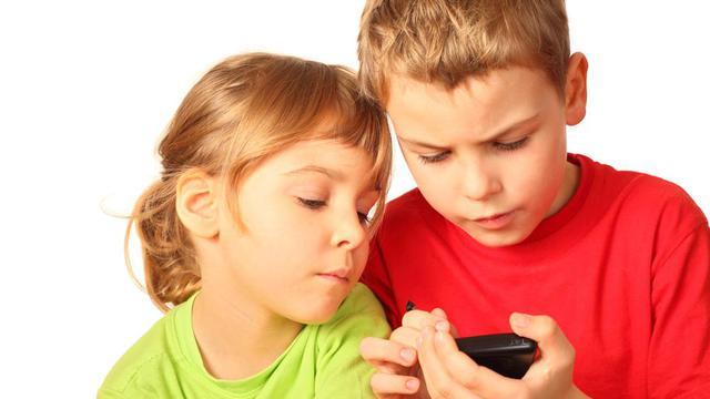 Kapan Waktu Paling Tepat Berikan Smartphone Pada Anak?