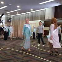 Minggu (30/4/2017), para finalis Puteri Muslimah 2017 mendapat pelatihan koreografi demi menunjang penampilan mereka di acara malam puncak   foto : istimewa