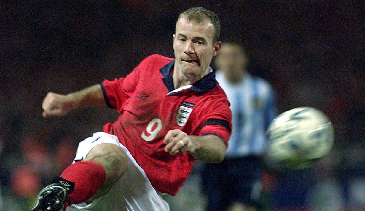 Alan Shearer membukukan waktu 2 menit 14 detik ketika mencetak gol melawan Jerman. Sayangnya gol ini tak dapat mengantarkan Inggris karena harus kalah di drama adu pinalti. (Foto: AFP/Adrian Dennis)