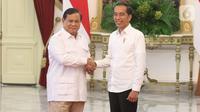 Presiden Joko Widodo bersalaman dengan Ketua Umum Partai Gerindra Prabowo Subianto di Istana Merdeka, Jakarta, Jumat (11/10/2019). Dalam pertemuan tersebut mereka membahas permasalahan bangsa dan koalisi. (Liputan6.com/Angga Yuniar)
