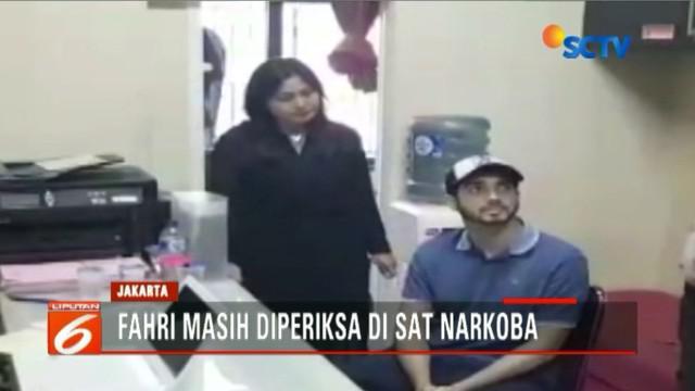 Fachri Albar ditangkap di rumahnya di Cirendeu, Jakarta Selatan, pada pukul 07.00 WIB tadi. Dari kediamannya, petugas mengamankan satu paket sabu dan Dumolid.
