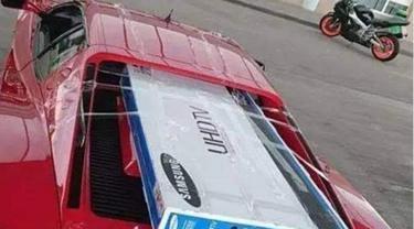 Begini Cara Pemilik Ferrari Mengangkut TV Berukuran Jumbo. (foto: Carscoops)