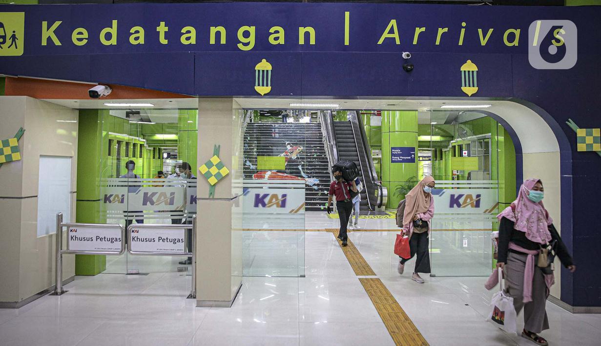 Penumpang kereta api Argo Lawu dari Solo tiba di Stasiun Gambir, Jakarta, Senin (17/5/2021). Kepala Humas PT KAI Daop I Eva Chairunisa mengatakan, pada hari ini diperkirakan akan ada 2.100 penumpang kereta api jarak jauh yang akan tiba di Jakarta. (Liputan6.com/Faizal Fanani)