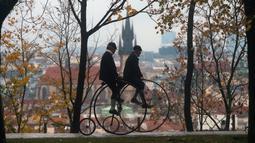 Dua penggemar sepeda mengenakan kostum sejarah sambil mengendarai Penny Farthing atau dikenal sebagai sepeda roda tinggi selama kompetisi tradisonal 'One Mile Race' di Praha, Republik Ceko pada 3 November 2018. (Photo by Michal CIZEK / AFP)