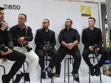 Nikon Icon Dion Wiyoko dan Gading Marten bersama para fotografer profesonal saat mengulas kamera Nikon D850 dalam peluncuran kamera Nikon D850 di Jakarta, Senin (29/1). Digital SLR Nikon FX-format ini dibekali 45,7 megapixels. (Liputan6.com/Angga Yuniar)