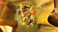 Setelah dibungkus daun pisang, Garang Asem dikukus selama 15 menit.