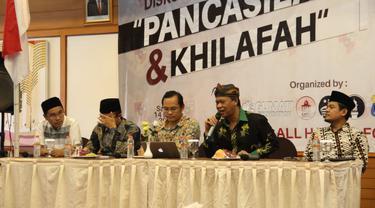 Mantan kapolda Jabar irjen Pol. (Purn) Anton Charliyan bersama narasumber lainnya dalam diskusi  Pancasila dan Khilafah