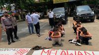 Polres Metro Tangerang mengamankan puluhan pelajar yang hendak demo di depan Gedung DPR. (Liputan6.com/Pramita Tristiawati)