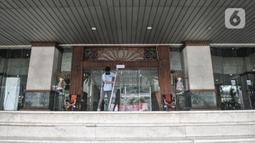 Petugas membersihkan Kantor Wali Kota Jakarta Selatan, Jakarta, Kamis (17/9/2020). Kantor Wali Kota Jakarta Selatan ditutup sementara mulai hari ini hingga dibuka kembali pada 21 September setelah tujuh ASN ditemukan positif terpapar Covid-19. (merdeka.com/Iqbal S. Nugroho)