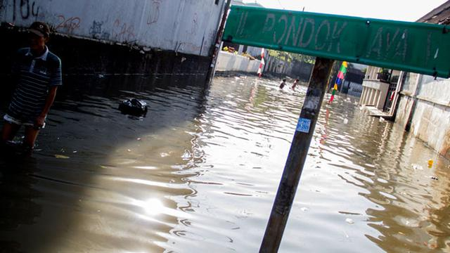 Guna menanggulangi Banjir yang kerap terjadi di kawasan Petogogan, Mampang dan sekitarnya. Pemprov DKI kembali menrtiban bangunan liar di Bantaran kali Krukut.