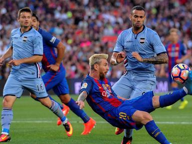 Lionel Messi berhasil mencetak dua gol sekaligus membawa Barcelona meraih kemenangan 3-2 atas Sampdoria pada pertandingan Trofeo Joan Gamper 2016 di Camp Nou, Kamis (11/8/2016) dini hari WIB. (AFP/Josep Lago)