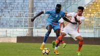 Gelandang Perseru, Marcinho, mengawal ketat Makan Konate dalam uji coba di Stadion Kanjuruhan, Malang, Sabtu (1/9/2018). (Bola.com/Iwan Setiawan)