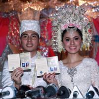 Akad nikah Nycta Gina dan Rizky Kinos. Pasangan yang telah resmi menjadi suami istri ini menunjukkan buku nikah mereka.  (Deki Prayoga/Bintang.com)