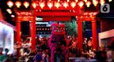 Atraksi barongsai menghibur pengunjung Vihara Dhanagun pada malam Tahun Baru Imlek 2571 di Bogor, Jumat (24/1/2020). Atraksi barongsai dan liong dilakukan Grup Atraksi Seni Indonesia (GASI) untuk menghibur jemaah yang bersembahyang selama malam Imlek. (merdeka.com/magang/Muhammad Fayyadh)