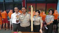 Kapolrestabes Bandung, Kombes Pol Mashudi, memperlihatkan barang bukti yang dipakai pelaku (foto: Okan Firdaus)