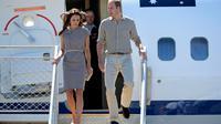 Pangeran William dan istrinya, Kate Middleton, tiba di Yulara, Australia, untuk mengunjungi salah satu destinasi wisata terkenal, Ayers Rock, Selasa (22/4/2014). (REUTERs/Dean Lewins)