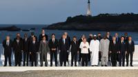 Para pemimpin negara G7 dan beberapa tamu pendamping berfoto dengan latar mercusuar Abad ke-16 di Biarritz, Prancis (AP/Andrew Parsons)