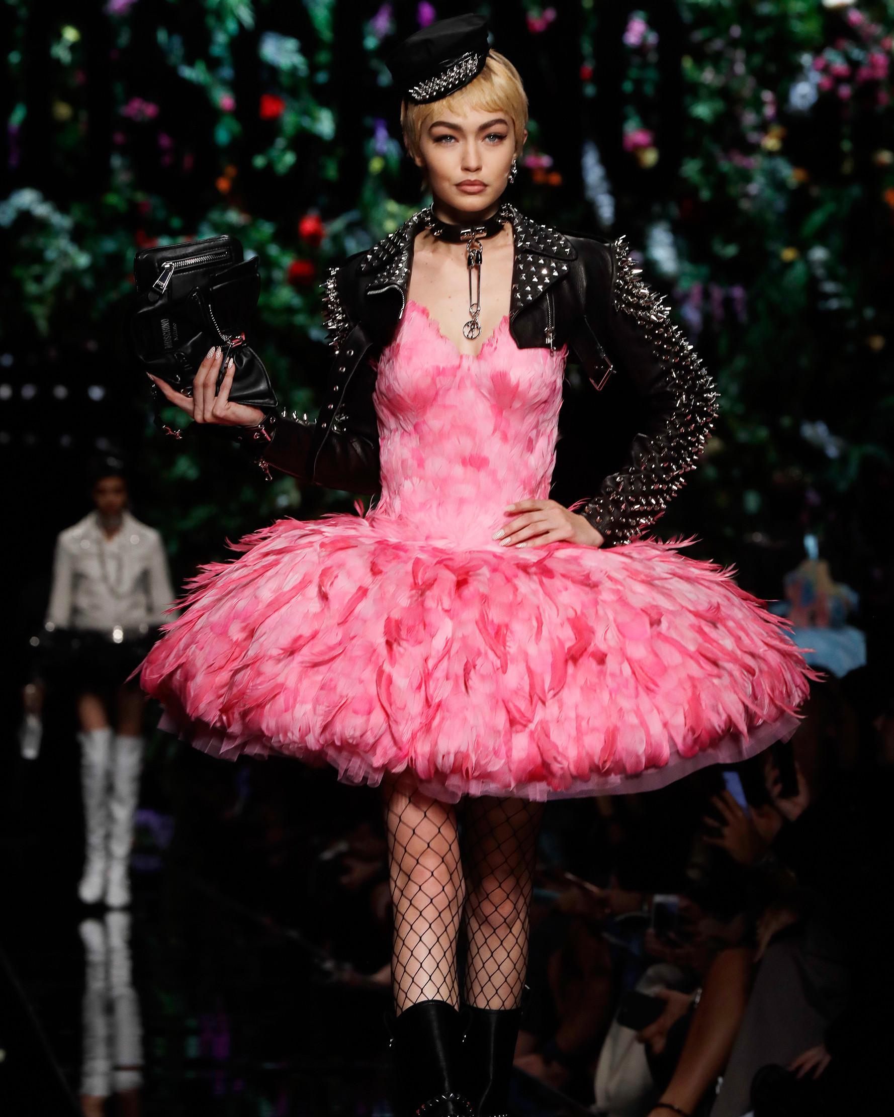 Gigi Hadid mengenakan rancangan rumah mode Moschino saat Milan Fashion Week di Italia, Kamis (21/9). Selain tampil seperti buket bunga, Gigi Hadid juga memperagakan koleksi lain milik rumah mode Moschino. (AP Photo/Luca Bruno)