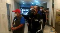 Polisi menangkap buronan kasus penipuan Rp 11 miliar di Banten. (Liputan6.com/Ady Anugrahadi)