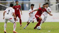 Striker Timnas Indoneisa, Ezra Walian, menggiring bola saat bertanding melawan Myanmar pada Laga Sea Games 2017 di Stadion MPS, Selangor, Selasa (29/8/2017). Indonesia menang 3-1 atas Myanmar. (Bola.com/Vitalis Yogi Trisna)