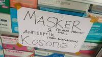 Pemberitahuan di sebuah apotek yang tidak lagi menjual masker sejak pandemi virus corona. (Liputan6.com/M Syukur)