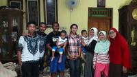 Kas Hartadi mendapat kunjungan Firman Utina di kediamannya di Solo, Jawa Tengah (2/1/2019). (Bola.com/Gatot Susetyo)