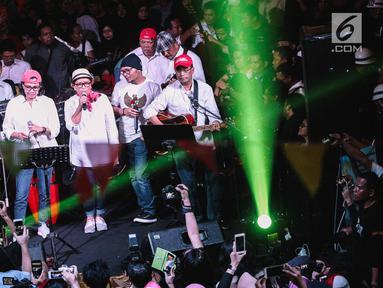 Para menteri yang tergabung dalam grup band Elek Yo Band tampil pada acara malam amal penggalangan dana untuk korban gempa Lombok di Jakarta, Kamis (9/8). Mereka tampil dalam konser Kemanusiaan Untuk Lombok. (Liputan6.com/Faizal Fanani)