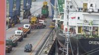 Sejumlah truk masuk ke dalam kapal di Pelabuhan Tanjung Priok, Jakarta, Jumat (4/12/2020). Deputi Bidang Perekonomian Setkab Satya Bhakti Parikesit menyampaikan upaya pemulihan ekonomi di tengah pandemi pemerintah telah mengeluarkan stimulus di sektor perdagangan. (merdeka.com/Imam Buhori)
