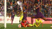 Kiper Persiba, Riki Pambudi, gagal mengantisipasi arah bola saat dikalahkan Persik 2-0 pada duel Liga 2 di Stadion Brawijaya, Kota Kediri, Kamis (19/9/2019). (Bola.com/Gatot Susetyo)