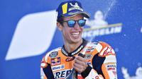 Pembalap Repsol Honda, Alex Marquez, melakukan selebrasi usai menjuarai balapan MotoGP Aragon, Spanyol, Minggu (18/10/2020). Alex Rins berhasil finis pertama dengan catatan waktu 41 menit, 54,391 detik. (AP Photo/Jose Breton)