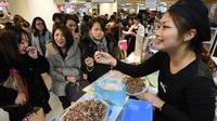 Ilustrasi perempuan Jepang membeli coklat di Hari Valentine (AFP Photo)