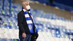 PENONTON GUNAKAN MASKER: Suporter Chelsea mamakai masker saat menyaksikan pertandingan Chelsea melawan Leeds United pada laga Liga Inggris di Stadion Stamford Bridge, Sabtu (5/12/2020). Salah satu peraturan penonton di stadion adalah wajib menggunakan masker. (Matthew Childs/Pool via AP)